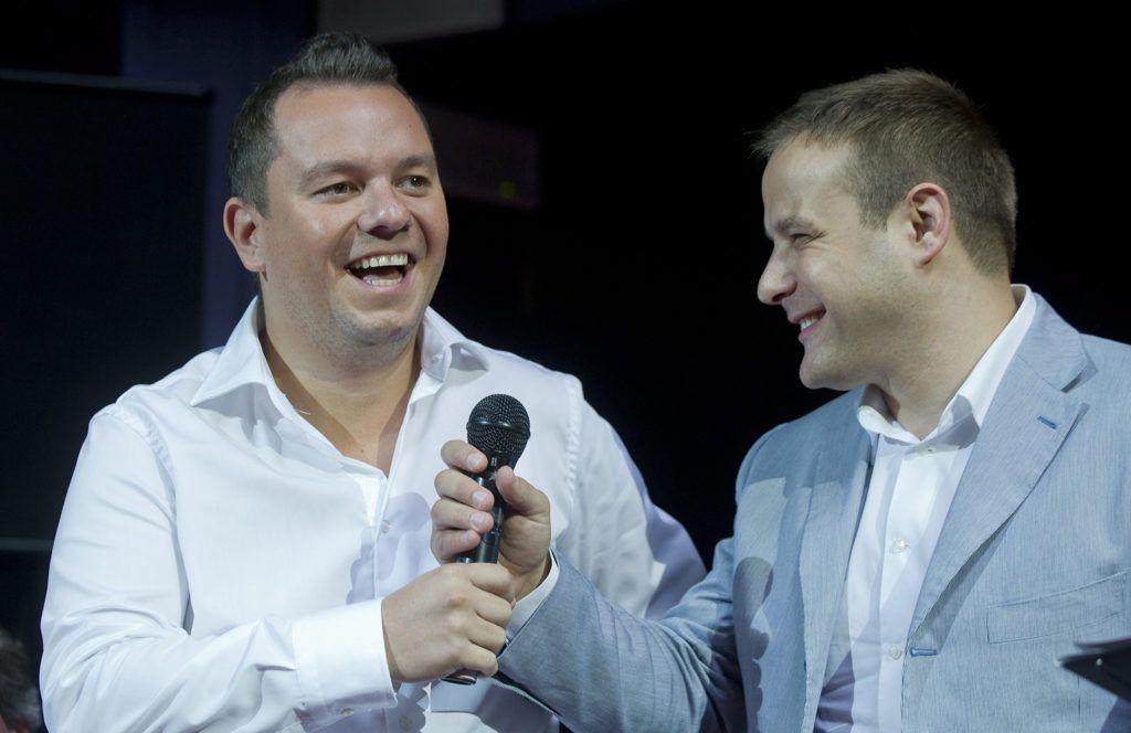 Budapest, 2011. szeptember 15. Nacsa Olivér (b) és Bagi Iván humoristák a közmédia-csatornák új műsorairól Újra nyitunk címmel tartott sajtótájékoztatón Budapesten, a Szikra Cool Tour House-ban. Október 1-jétől megújulnak a közszolgálati televíziós és rádiós csatornák, az MTV-n 36, a Duna Televízión 16 új műsor jelentkezik. A programok között SD és HD minőségű külső és belső gyártású műsorok szerepelnek, a többi közt heti és napi vetélkedők, gyermekműsorok, közszolgálati riportműsorok, improvizációs komédiák, magyar akciófilm-sorozat, operaelőadások, politikai és társadalmi háttérműsorok. MTI Fotó: Illyés Tibor