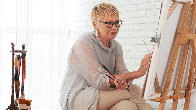 idős asszony fest