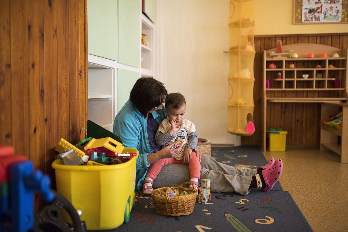 """""""Nehéz elfogadniuk a szülőknek, hogy otthon a középpontban volt a gyerek, de a bölcsiben egy a sok közül."""" (Képünk illusztráció – Fotó: MTI/Balázs Attila)"""