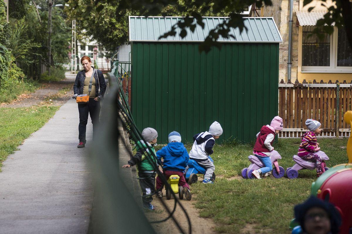 """""""Nehezen engedik el a babakort, nem akarnak szembenézni azzal, hogy nem tudják megvédeni mindentől"""" – Képünk illusztráció –Fotó: MTI/Balázs Attila)"""