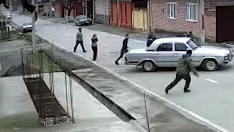 csecsen kisfiú, autó (forrás: RT)
