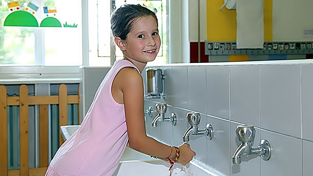 kezet mos a kislány