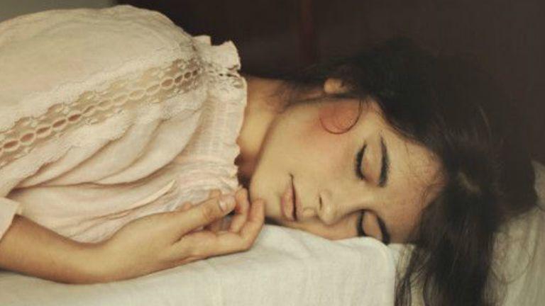 a késői alvás miatt lefogy)