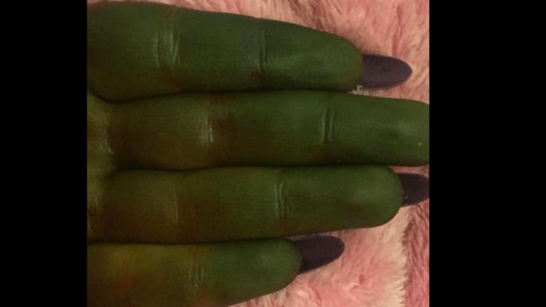 önbarnító kéz zöld test