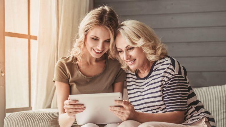 anya-lánya, online, internet, barátkozás