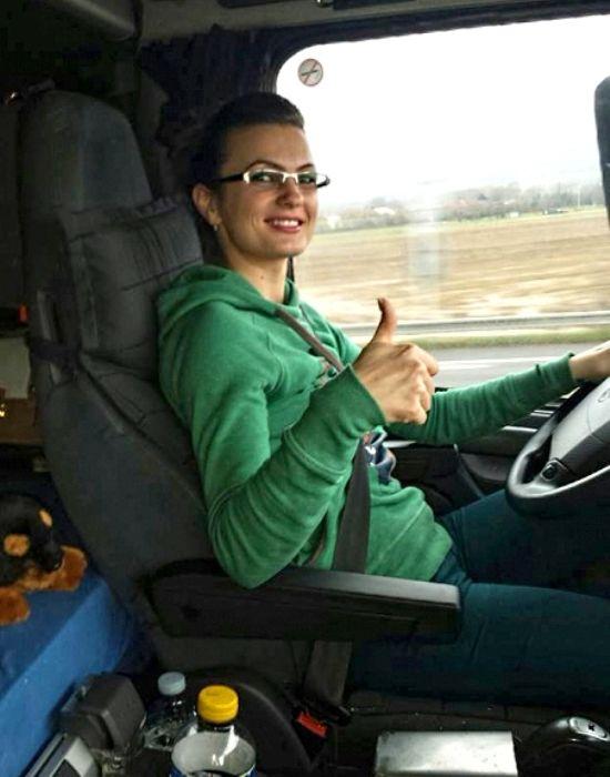 Cinco jóvenes camioneras con carrera, que cambiaron su trabajo por el volante de un camión
