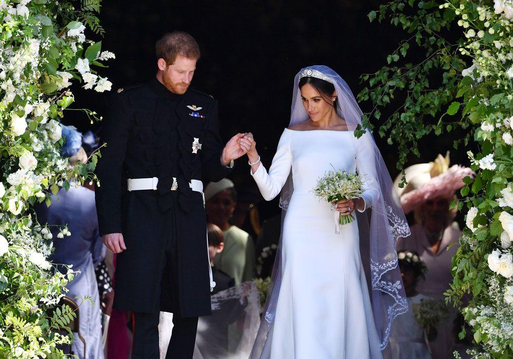 d9550a870a Nos, aki fentebbi információk alapján fogadott arra, hogy milyen lesz a ruha,  az valószínűleg nem bont pezsgőt az esküvő örömére, a befutó ugyanis a ...