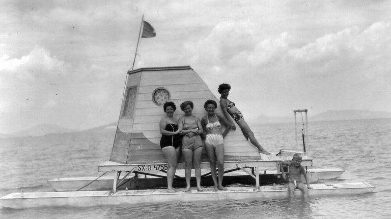 Kabinos katamarán a Balatonon, háttérben a Badacsony, 1960 – Fotó © Beyer Norbert / Fortepan