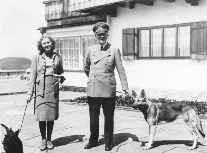 Adolf Hitler és Eva Braun kutyáik társaságában (fotó: Wikipedia)