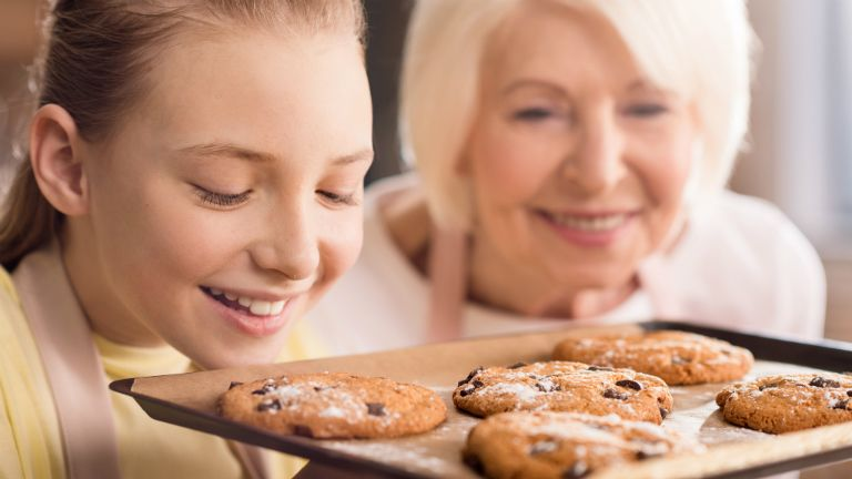 nagymama, sütés, főzés, mosoly