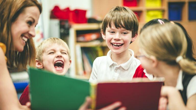 tanító boldog gyerekekkel