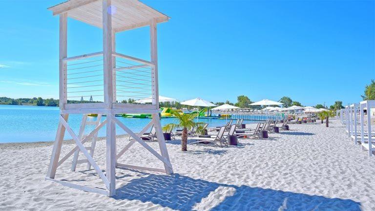 Fehér homok és kék víz várja a látogatókat Budapest tengerpartján (Fotó   Lupa-tó) 7fc2a5c2ee