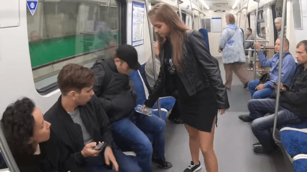 metró manspreading hipó oroszország