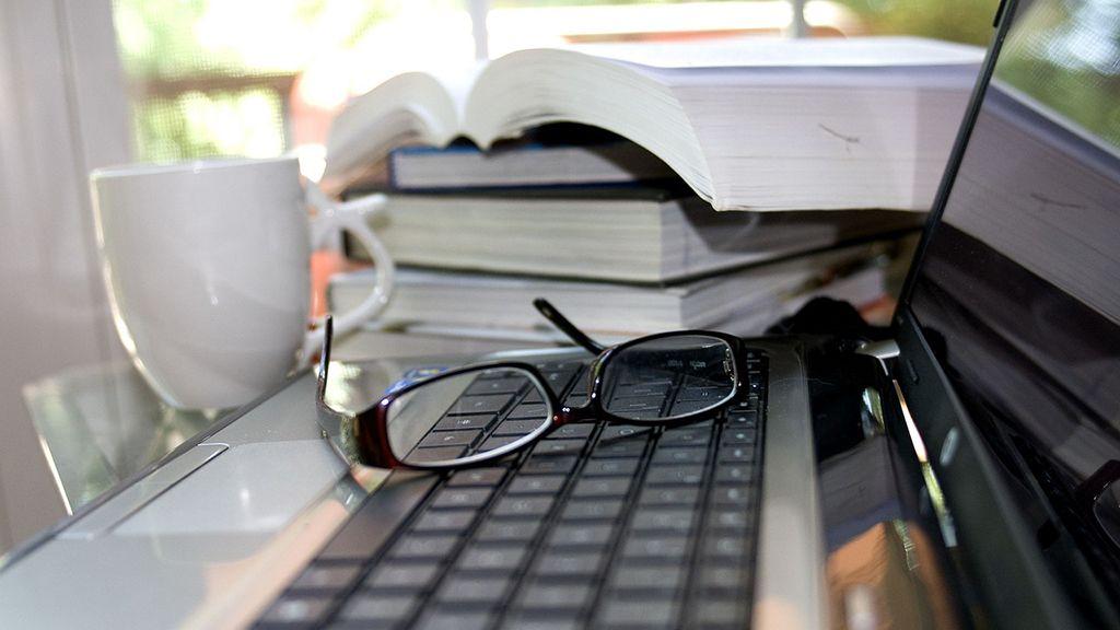 laptop íróasztal szemüveg
