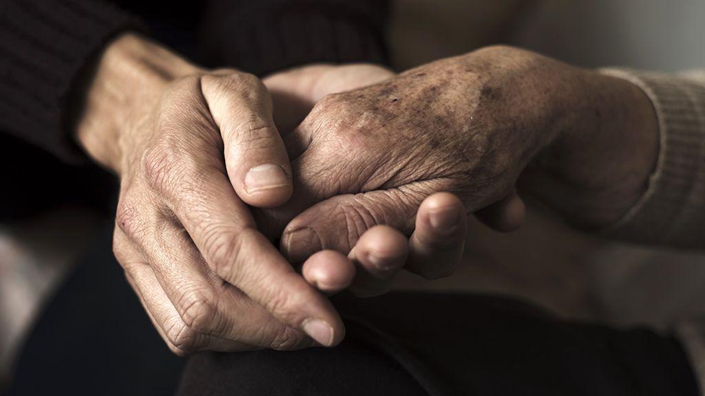 idös nyugdíjas kéz
