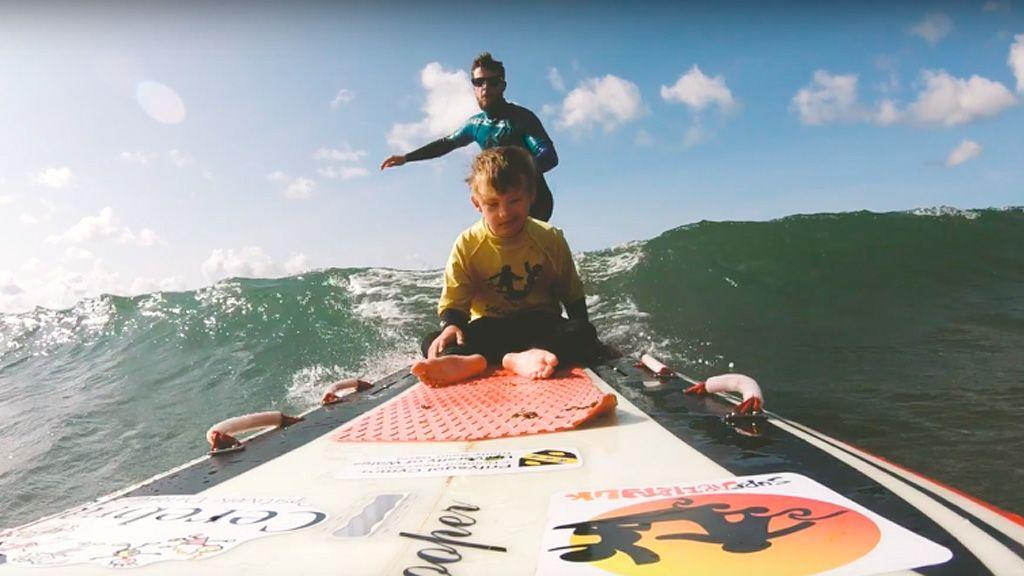 fogyatékkal élő gyerekeket oktat szörfözésre egy walesi szörfös
