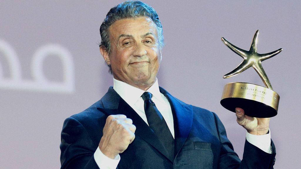 Sylvester Stallone egy díjjal 2018. szeptember 28-án (MTI/EPA/Mahmúd Ahmed)