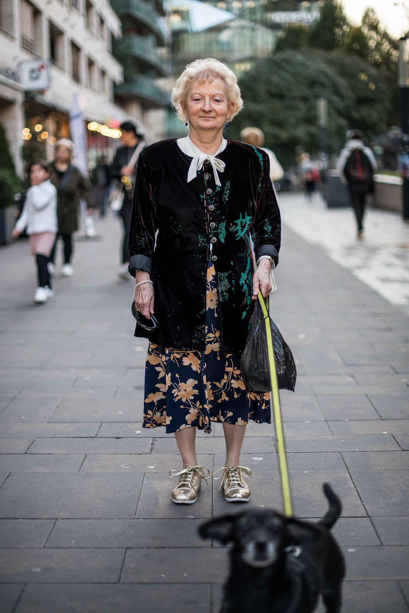 """""""Elmúltam 65, akkor én már csak otthonkát hordhatok?!"""" – 10 tökéletes példa a senior utcadivatra"""