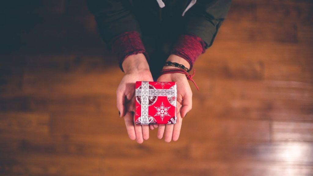 adakozás karácsony jótékonyság