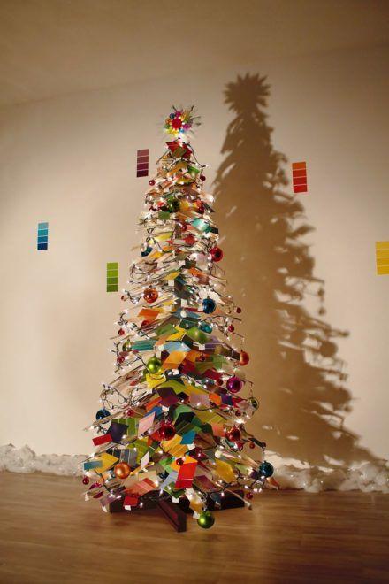 Színes kártyákból készített karácsonyfát egy kreatív házaspár
