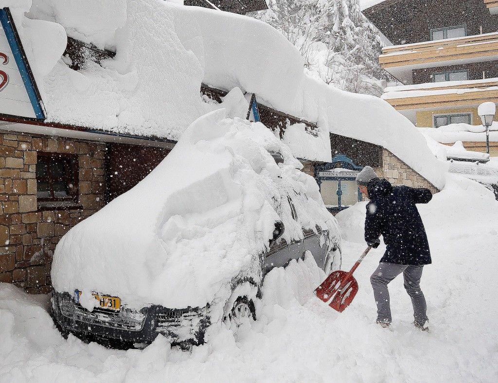 Turista próbálja kiszabadítani az autóját a vastag hóréteg alól a Salzburg  tartományban fekvő Filzmoos településen 2019. január 5-én (MTI AP Matthias  ... d583b1b474