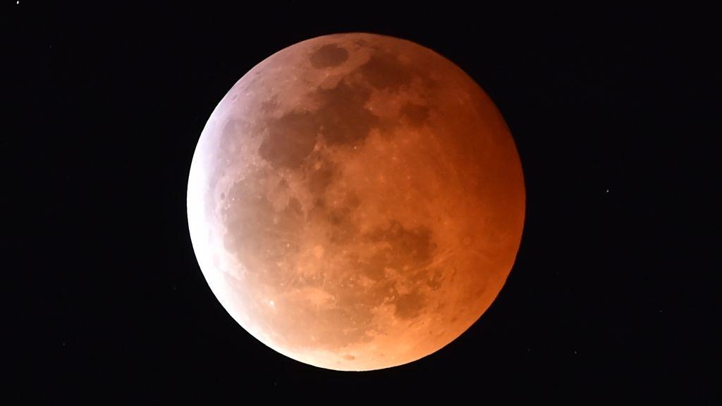 Teljes holdfogyatkozással indult a hét – videó és fotó is van róla