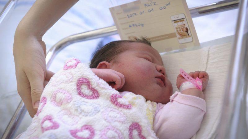 Alíz, 2017 első babája (MTI Fotó: Czeglédi Zsolt)
