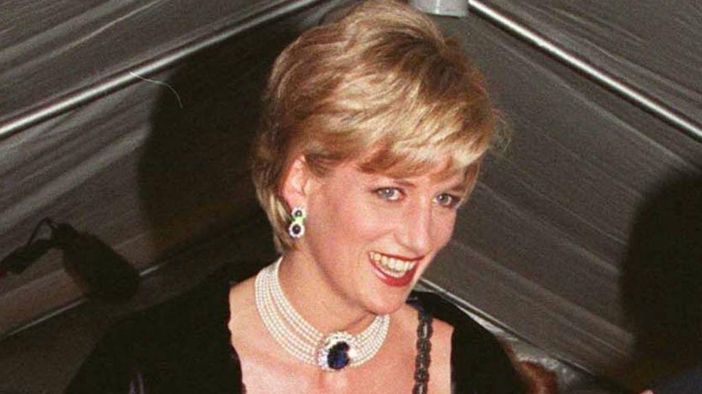 2433fc636d Diana hercegnő kis híján sosem vette fel az egyik leghíresebb ruháját