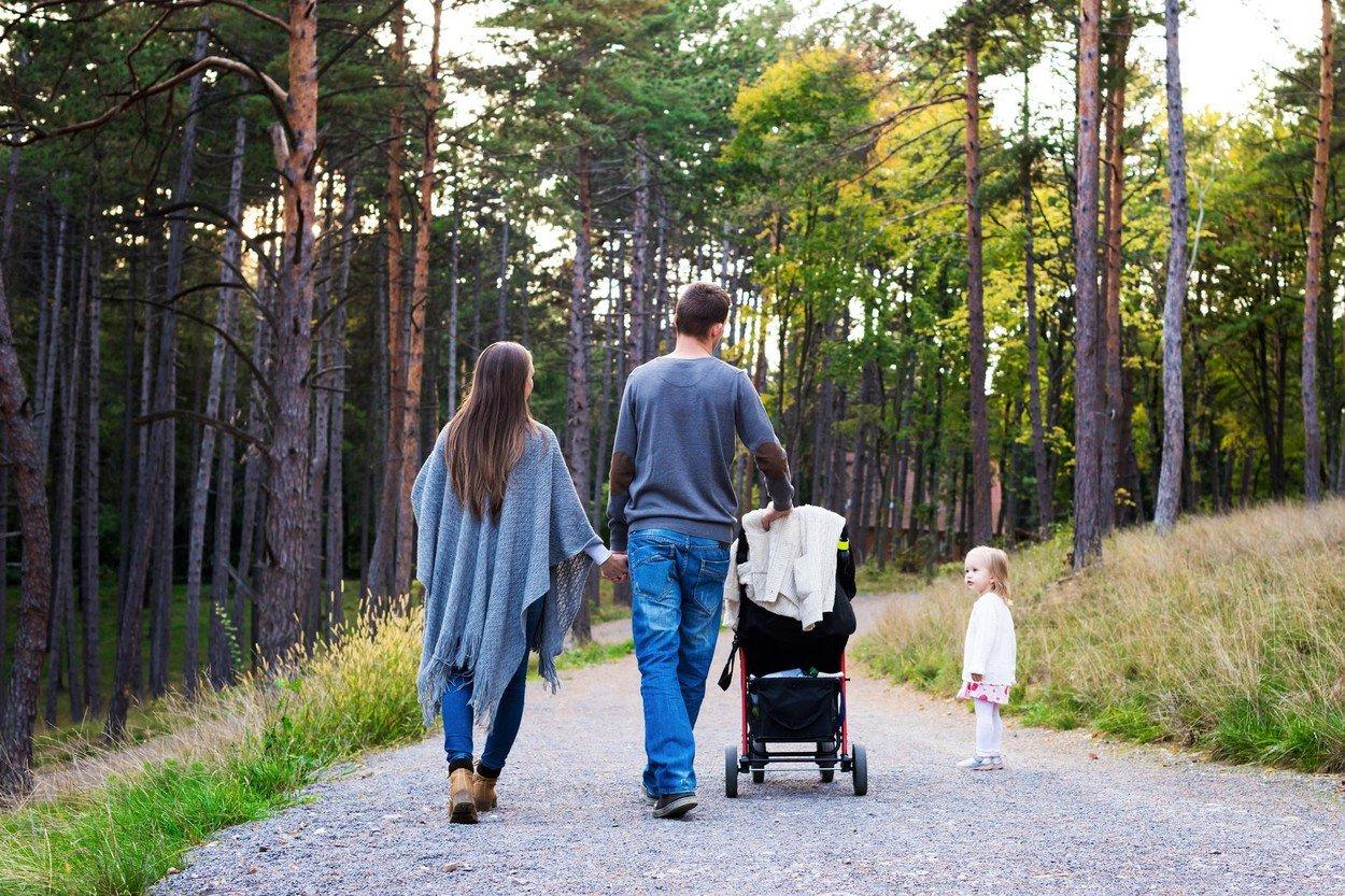 család az erdőben - Fotó: Profimedia