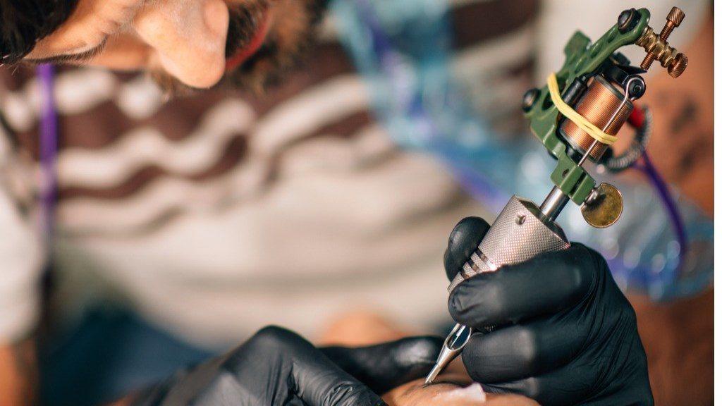 Fehér tetoválás, most akkor látszik, vagy nem?