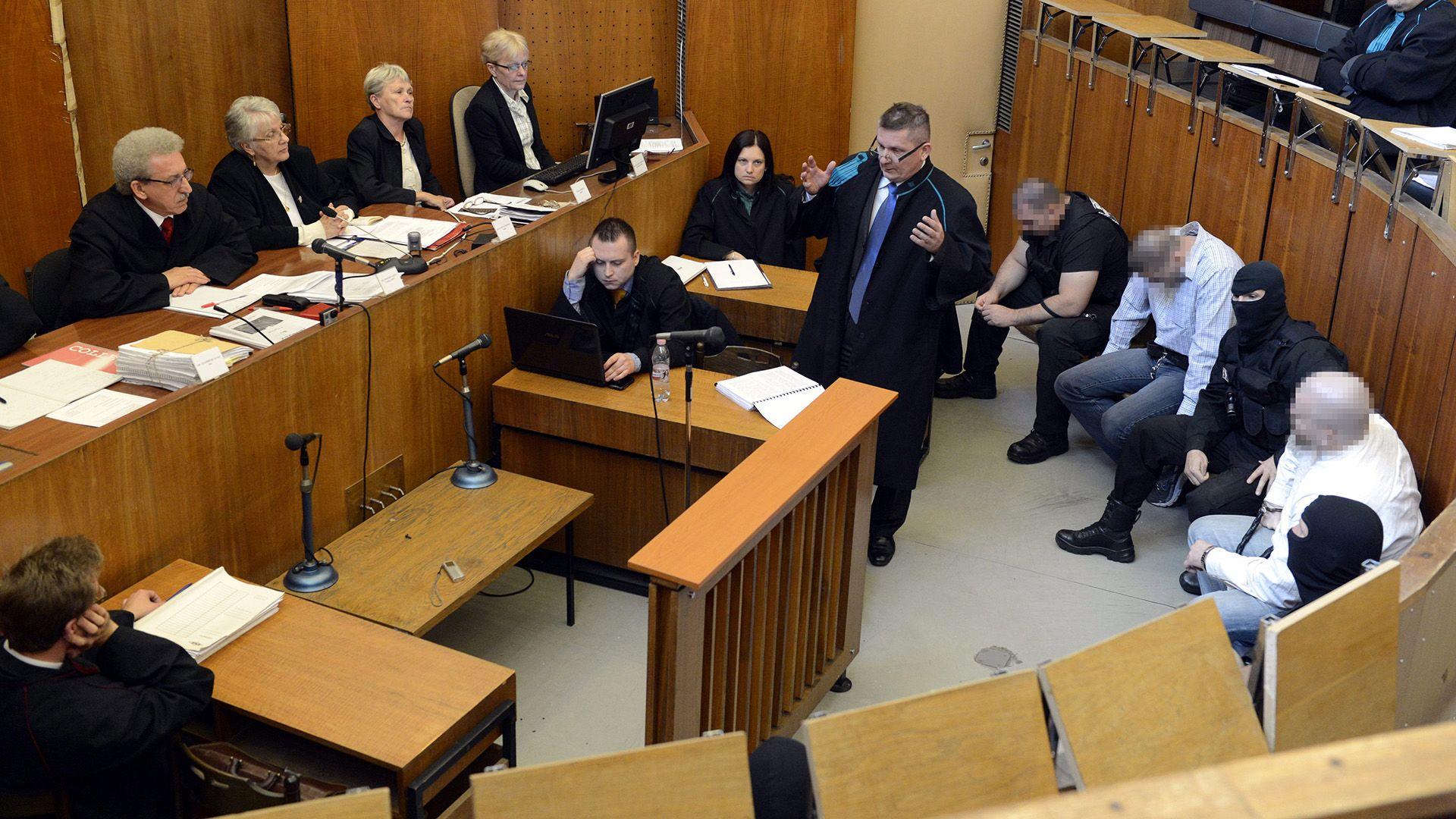 Budapest, 2013. május 24. Bérdi Zsolt, az elsőrendű vádlott ügyvédje (középen) védőbeszédet mond a romák elleni hat halálos áldozatot követelő, 2008-ban és 2009-ben elkövetett fegyveres és Molotov-koktélos támadásokkal vádolt négy férfi büntetőperének tárgyalásán a Budapest Környéki Törvényszék tárgyalótermében 2013. május 24-én. Balról Miszori László tanácsvezető bíró, jobbról P. Zsolt harmadrendű (lent j2) és Cs. István negyedrendű (lent j4) vádlott MTI Fotó: Kovács Tamás