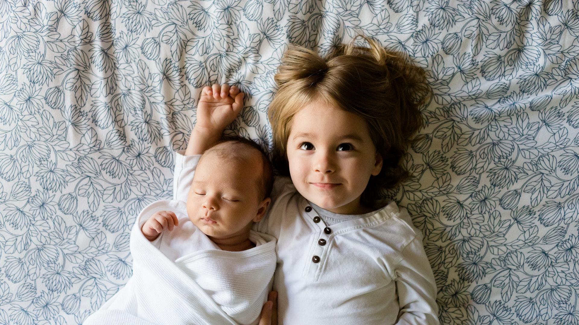 testvérek, kisbabák, gyerekek