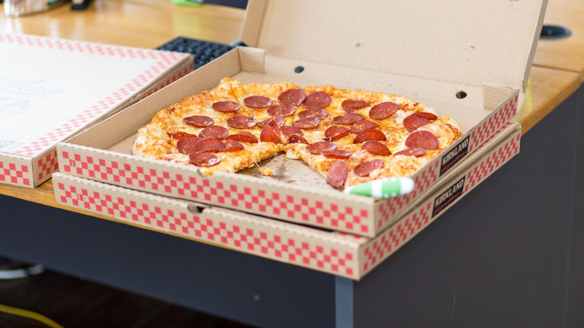 pizza, házhoz rendelés, sajtos szalámis