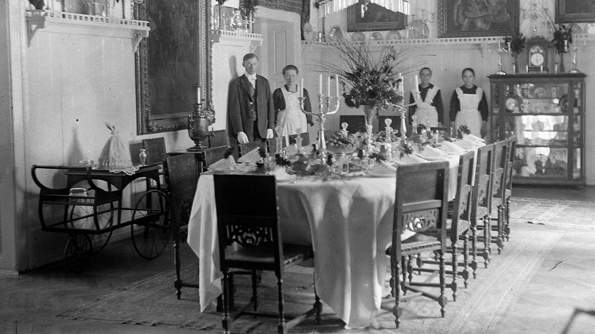 terített asztal, ebédlő, személyzet, cseléd