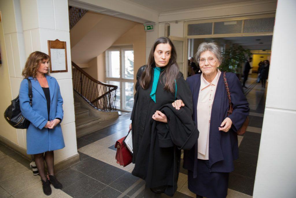 Pártos Csilla (balra) és Pécsi Ildikó ügyvédjével a bíróságon, 2017-ben (Fotó: Birton Szabolcs/smagpictures.com)