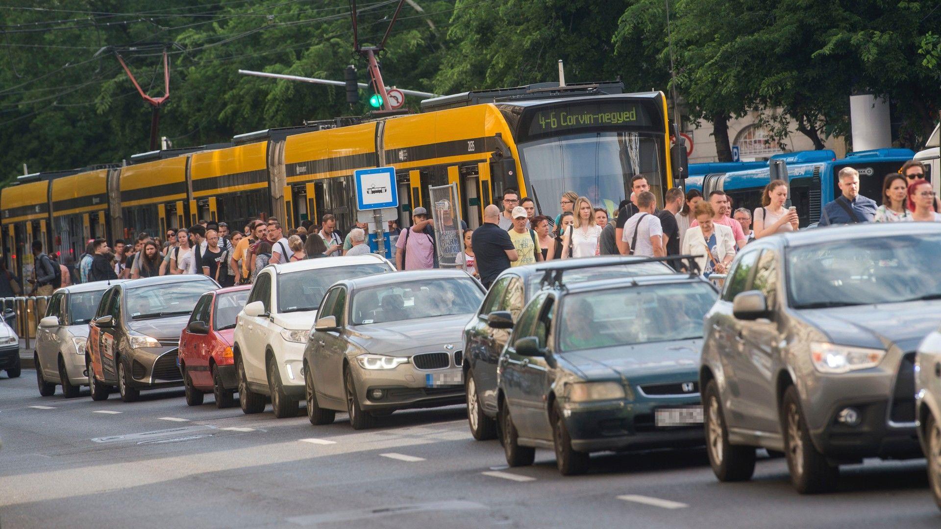 Csökkentenék a járatokon a tumultust (Fotó: MTI/Balogh Zoltán)