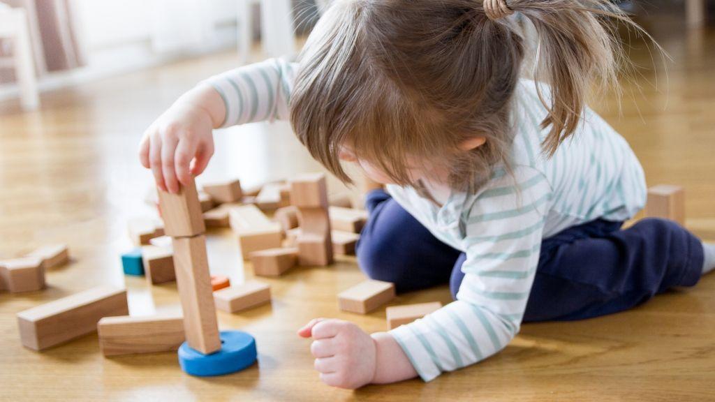 gyerek egyedül játék