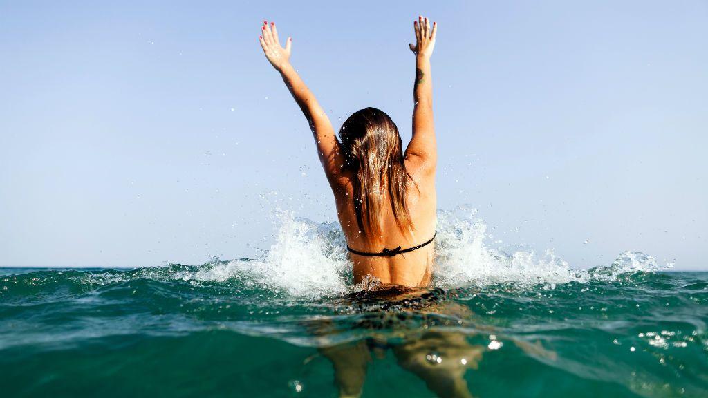 fürdőzés tenger óceán strand