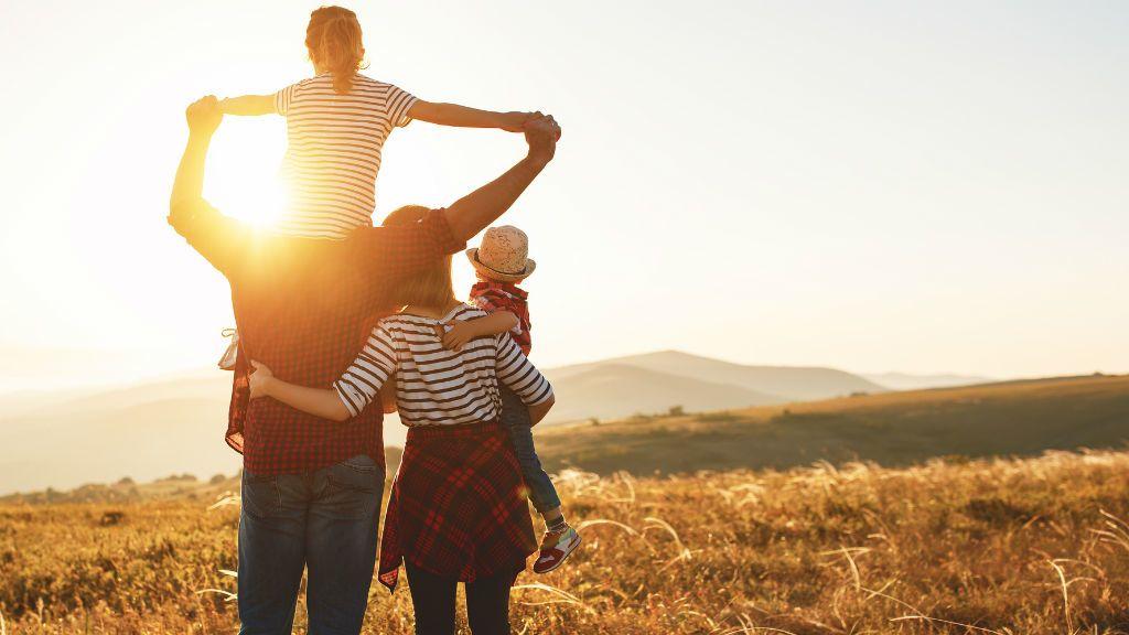 család szülő gyerekek naplemente