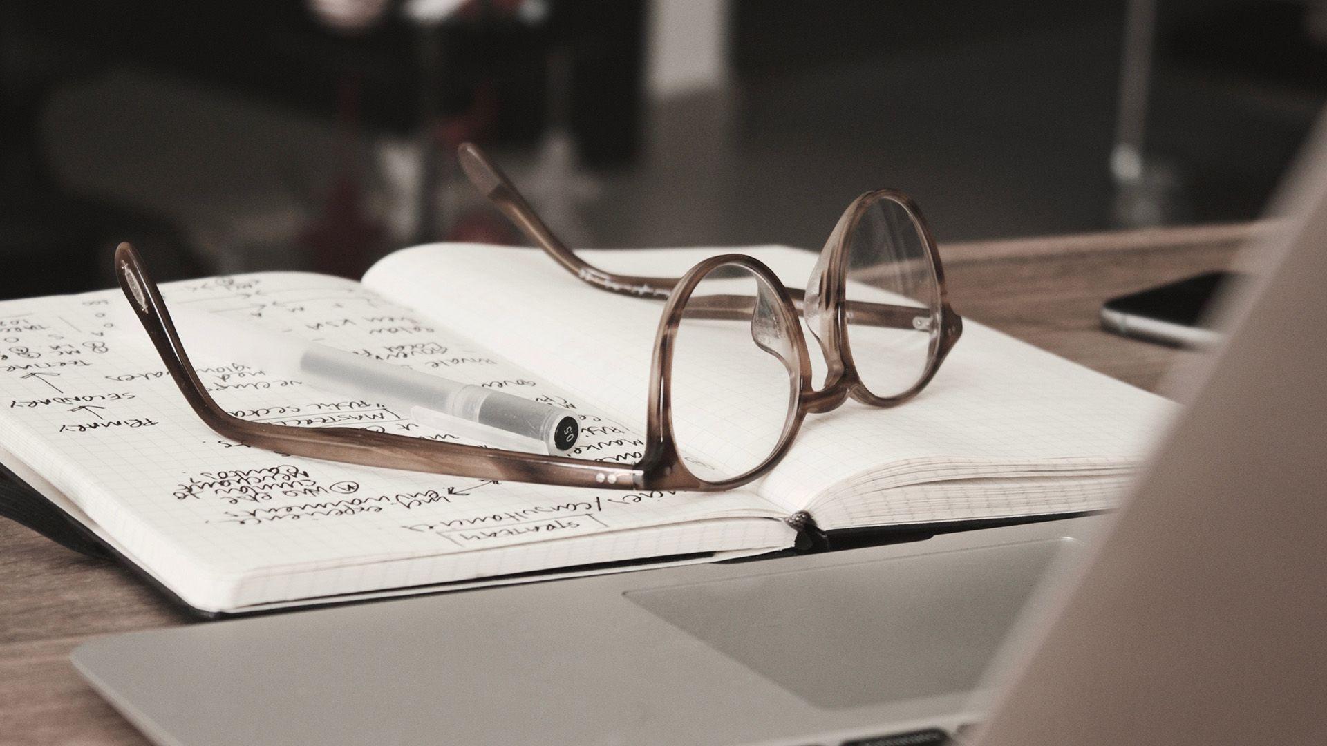szemüveg, füzet, laptop