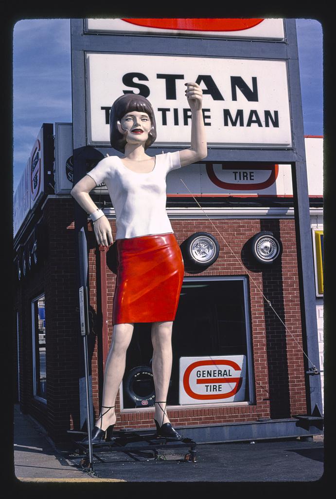 Szobor a Stan The Tire Man üzlet előtt, Broadway, Mount Vernon, Illinois, 1988