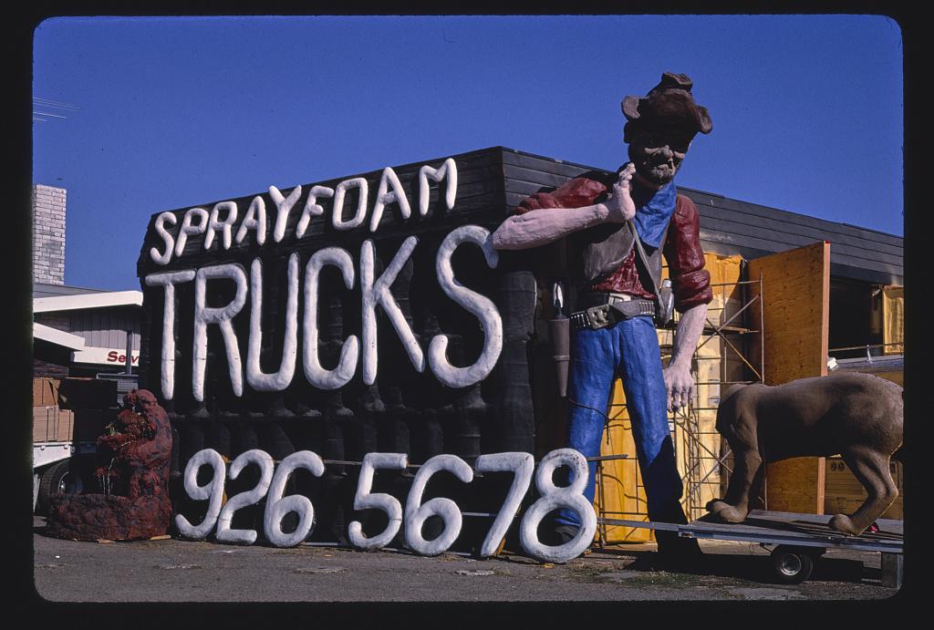Szobor a Spray Foam Trucks üzlete előtt, Frontage Road, I-5, Albany, Oregon, 1987