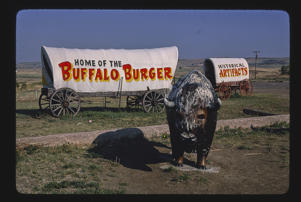 Bölényszobor az Al's Oasisnél, B-90, Oacoma, Dél-Dakota, 1980