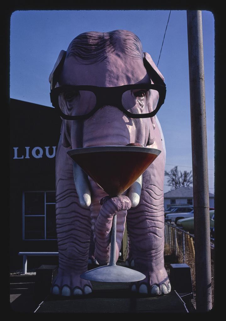 Szobor a Pink Elephant italbolt előtt, McCordsville, Indiana, 1980