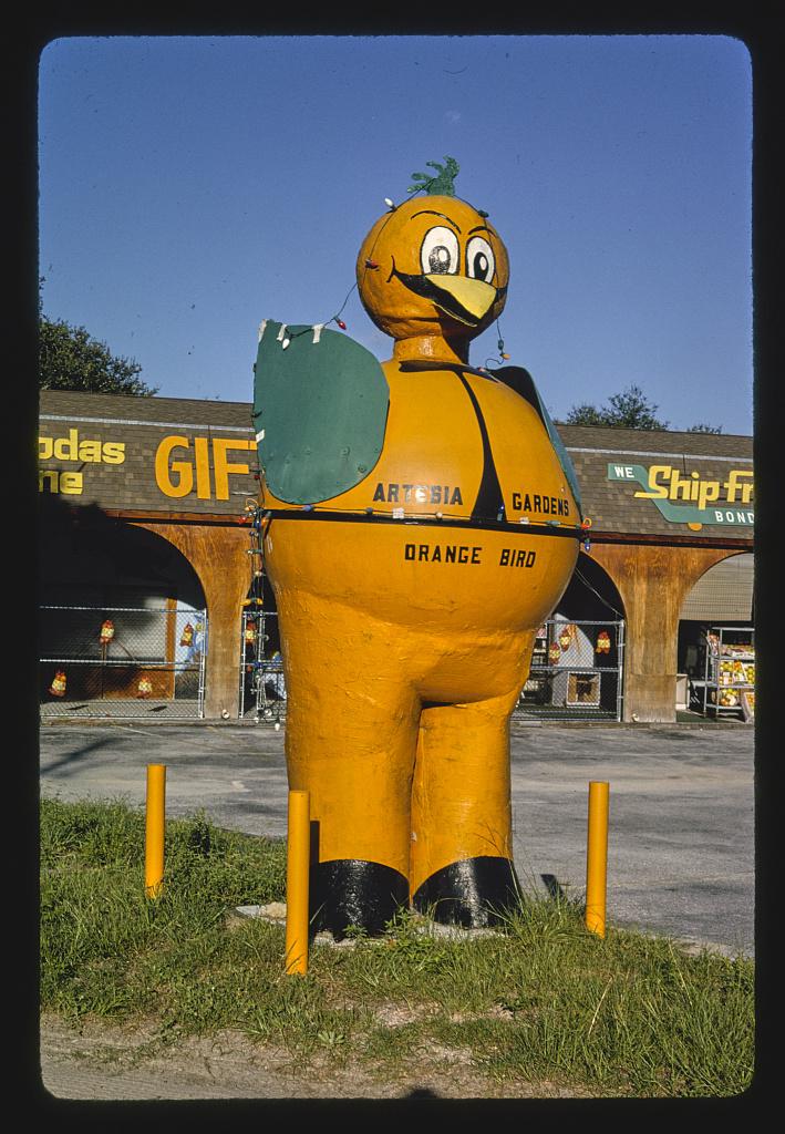Narancssárga madár szobra az Artesia Gardens Citrus Stand előtt, Route A1A, Hammock, Florida, 1990