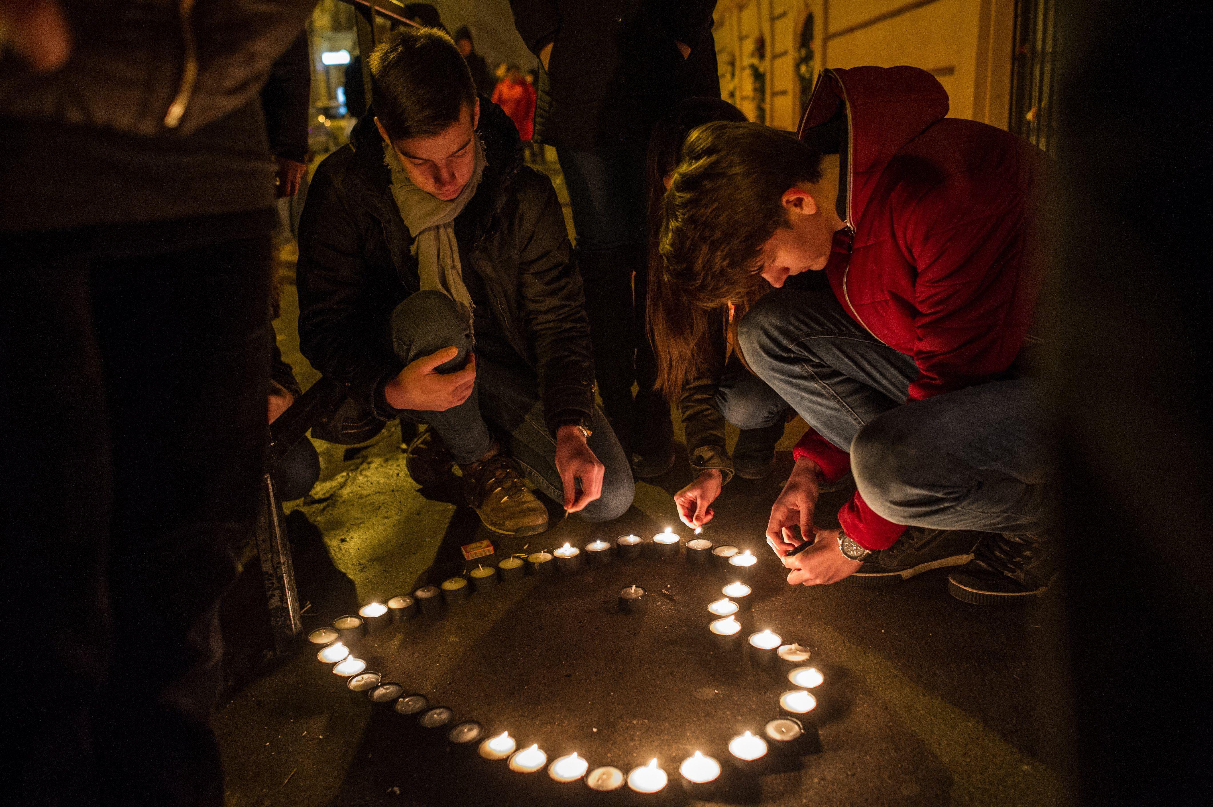 Megemlékezők mécsest gyújtanak a veronai buszbaleset áldozatainak emlékére a VI. kerületi Szinyei Merse Pál Gimnázium előtt 2017. január 22-én. MTI Fotó: Kallos Bea