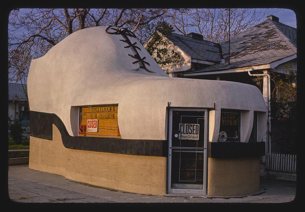 Deschwanden's cipészet (The Big Shoe), 10th & Chester, Bakersfield, Kalifornia, 1977