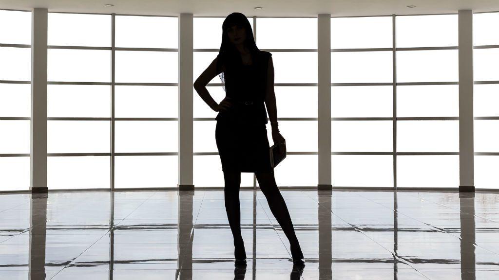nő árnyék sziluett miniszoknya öltözködés