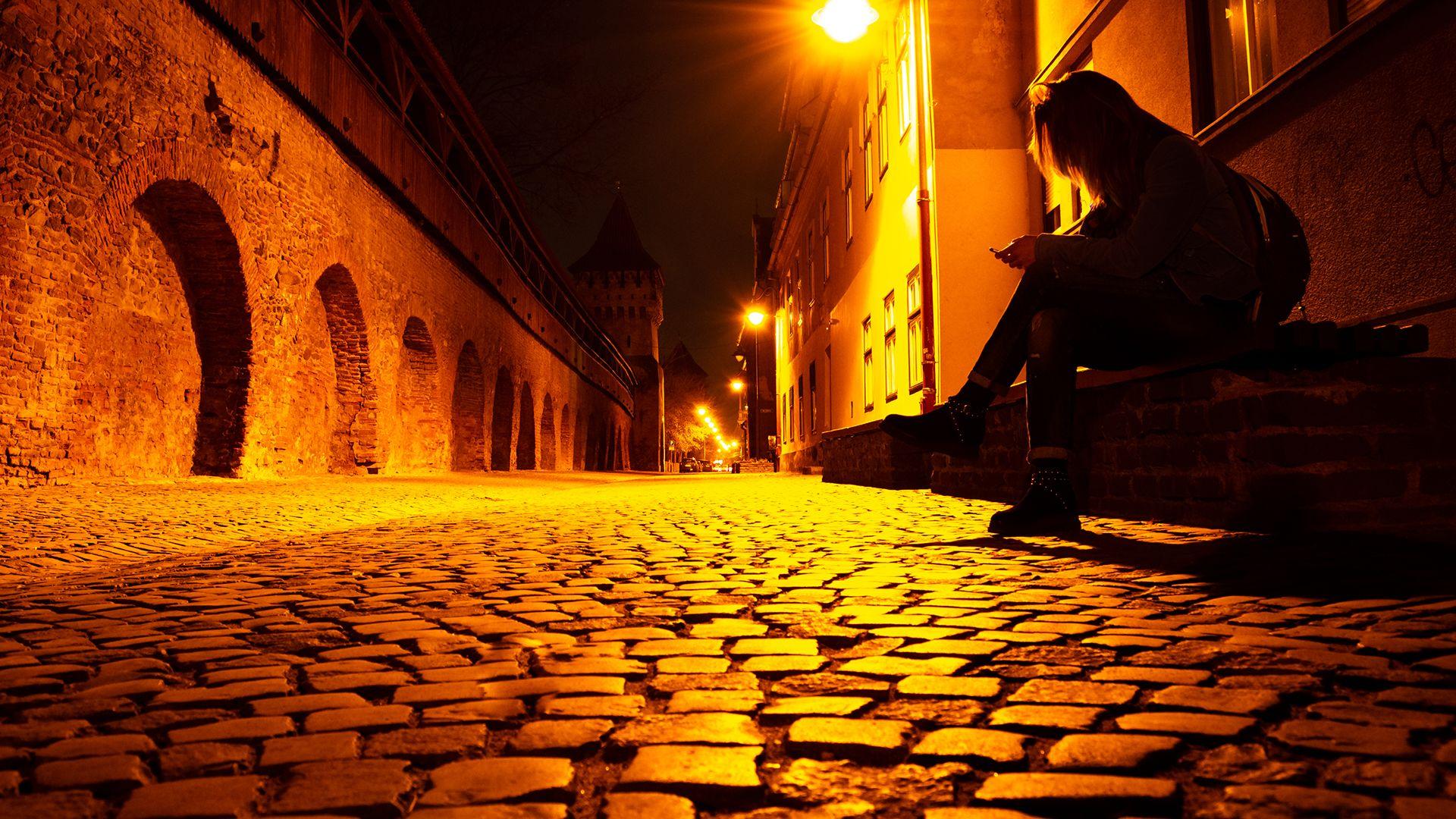 nő egyedül utca