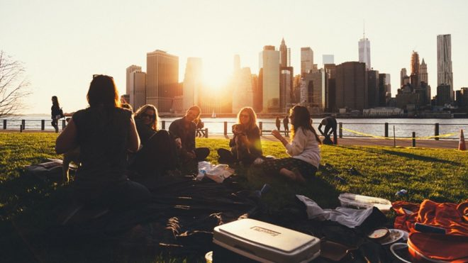 Jó társaság, természet, harapnivaló, ennyi kell egy szuper piknikhez (Fotó: Pixabay)